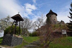 Pod hradom Šomoška sa nachádza aj pamätná drevenička, ktorú by chceli pomôcť obnoviť ľudia so Šiatorskej Bukovinky.