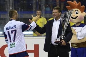 Na snímke vpravo prezident Slovenskej hokejbalovej únie Jozef Stümpel odovzdáva majstrovskú trofej Jozefovi Minárikovi po finálovom zápase majstrovstiev sveta v hokejbale mužov Slovensko – Fínsko v Košiciach v sobotu 22. júna 2019.