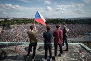Ľudia na Letnej protestujú ľudia za nezávislosť justície a lepšiu vládu.