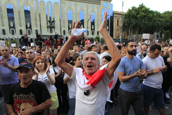 Protestujúci požadujú, aby minister vnútra Giorgi Gacharia prevzal zodpovednosť za tvrdý postup polície.