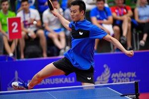 Na snímke slovenský reprezentant v stolnom tenise Wang Yang odvracia loptičku v zápase 3. kola mužskej dvojhry proti Portugalčanovi Tiagovi Apoloniovi na II. Európskych hrách v Minsku 23. júna 2019.