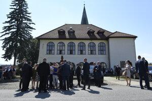 Predseda vlády SR Peter Pellegrini a novinári pred kaštieľom v Stropkove.