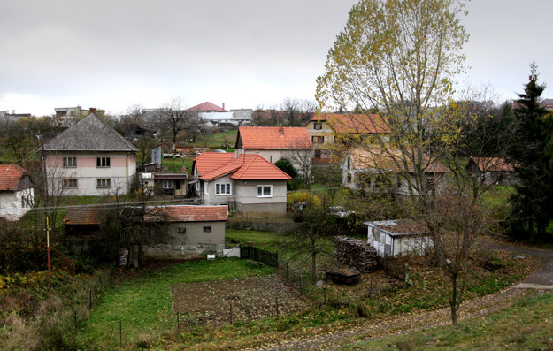 Pokoj vidieka pred ruchom mesta preferuje množstvo mladých rodín aj dôchodcov