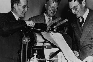 Predvádzanie xerografickej tlačiarne – Chester Carlson (v strede)