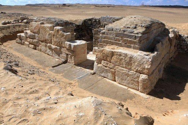 Egyptológovia objavili v hrobke kráľovnej aj travertínové modely nádob.