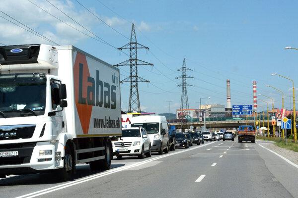 Spoločnosť Labaš má svoje sklady na Sídlisku nad jazerom, takže jej nákladné autá jazdia denne po problémovej Slaneckej.