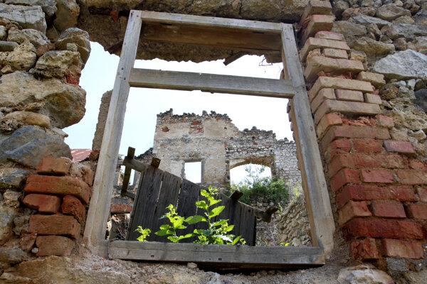 Kaštieľ v Dúbravici je ruinou.