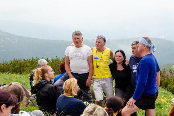 Bratia Liskajovci (vľavo - v bielom a žltom tričku) patrili k zakladateľom výstupu na VFK.
