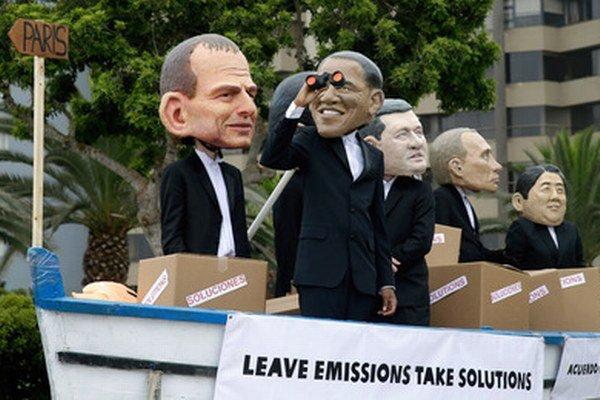 Aktivisti s maskami svetových lídrov v peruánskej Lime.