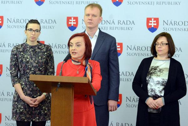 Katarína Macháčková (v popredí) ohlásila spolu s tromi kolegami odchod zo strany Sieť.