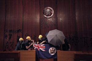 Prrotestujúci inštalujú vlajku Hongkongu z koloniálnych čias.