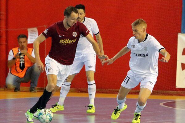 Častý futsalový obrázok - Tomáš Drahoský s loptou na nohe, nepomáha ani hypnotizovanie súperov.
