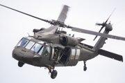 Vrtuľník UH 60 Black Hawk počas ukážky spôsobilosti príslušníkov síl pre špeciálne operácie s využitím novozavedenej techniky.