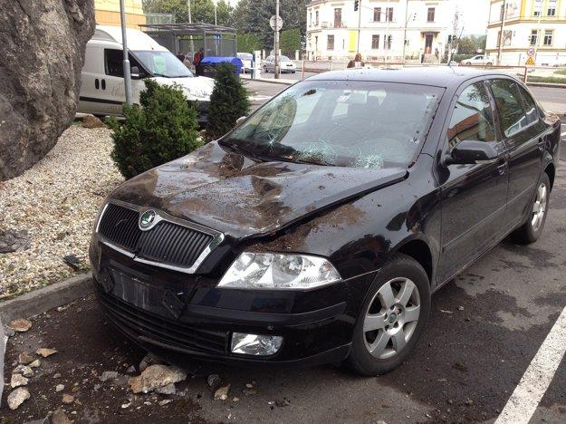 Skaly poškodzovali stojace autá.