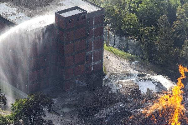 Budova skladu, v ktorom požiar vypukol, sa zrútila.