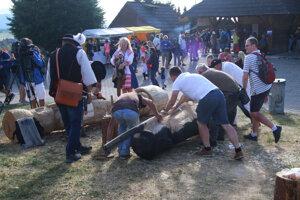 Priamo pred očami návštevníkov vyrezávali na festivale veľké drevené sochy.
