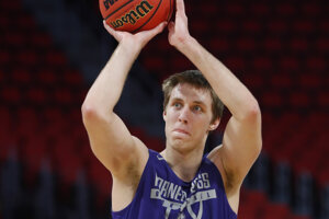 Vladimír Brodziansky si strieľa na kôš na turnaji  americkej univerzitnej súťaže NCAA v roku 2018.