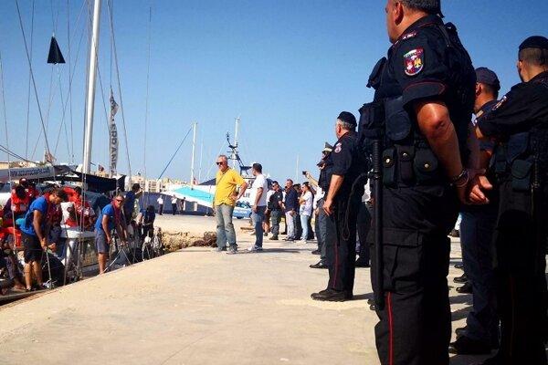 Loď talianskej humanitárnej organizácie Mediterranea Saving Humans v prístave na ostrove Lampedusa.