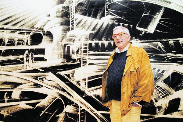 """Ken Adam pred jedným zo svojich futuristických návrhov na výstave """"James Bond – Berlín – Hollywood"""" v berlínskom múzeu Martin-Gropius-Bau."""