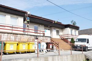 Práce na streche obecného úradu.