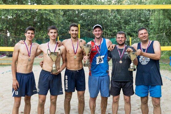 Tri najlepšie dvojice na turnaji: zľava Michal Trubač, Michal Kilian, Lukáš Královič, Martin Suja, Martin Kurňava, Miroslav Polónyi.