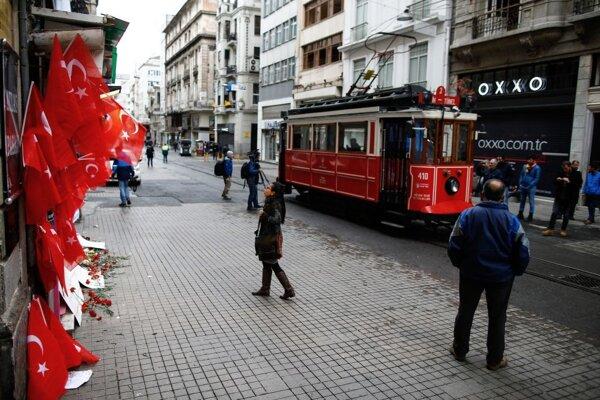 Samovražedný útok na istanbulskej Triede nezávislosti si dokopy vyžiadal životy piatich ľudí.