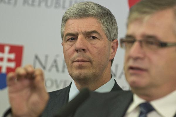 Vpravo poslanec parlamentu za Most-Híd Ivan Švejna a vľavo predseda strany Most-Híd Béla Bugár.