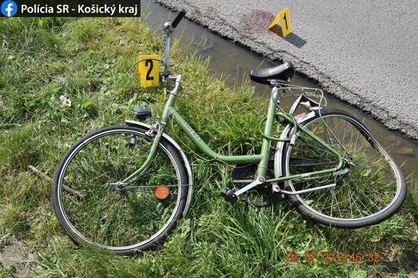 Vozidlo, idúce v tom istom smere ako cyklistka, do nej narazilo zozadu.