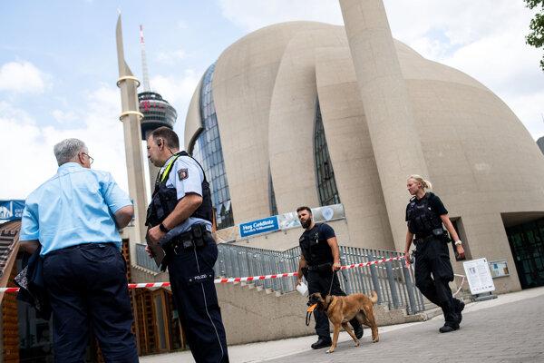 Policajti stoja pred mešitou v Kolíne nad Rýnom.