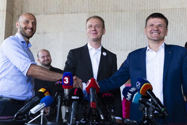 Na snímke zľava predseda hnutia Progresívne Slovensko (PS) Michal Truban, predseda strany Spolu - občianska demokracia (OD) Miroslav Beblavý a predseda Kresťanskodemokratického hnutia (KDH) Alojz Hlina po podpise dohody o spolupráci.