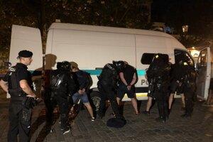 Po hromadnej bitke zahraničných futbalových fanúšikov v bratislavskom Starom Meste zadržali policajti takmer 80 osôb.