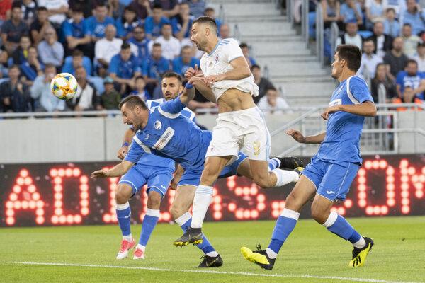 Andraž Šporar hlavičkuje, vľavo Novica Erakovič a vľavo Bojan Ciger počas prvého zápasu 1. predkola Ligy majstrov ŠK Slovan Bratislava - Sutjeska Nikšič.
