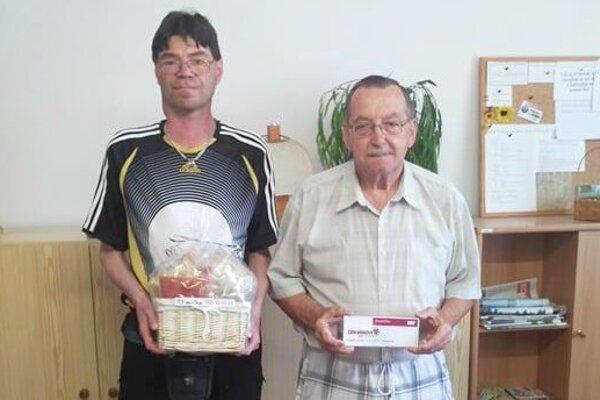 Tretí Rastislav Pello (vľavo) získal koreniny, víťaz Milan Mažgút sa tešil zpoukážky na nákup vzáhradnom centre.
