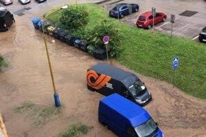 Furčianske parkovisko sa naplnilo vodou po jednej z búrok.