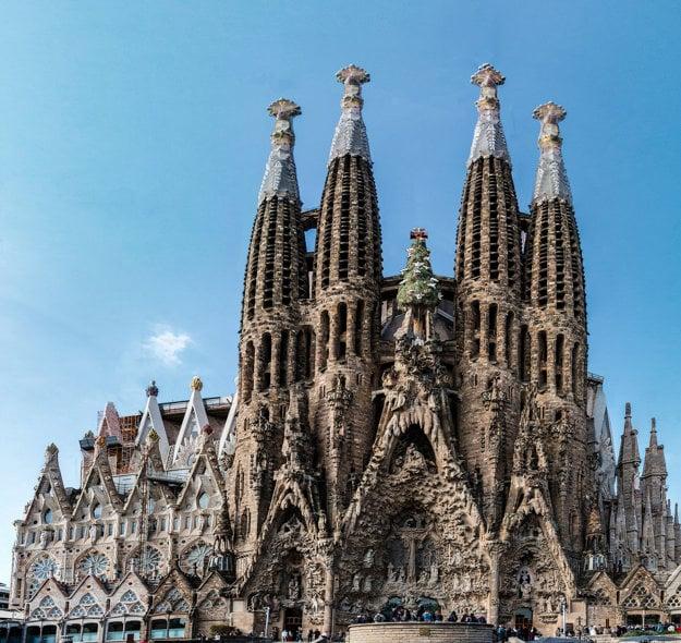 La Sagrada Familia v Barcelone očarí romatnickým interiérom.