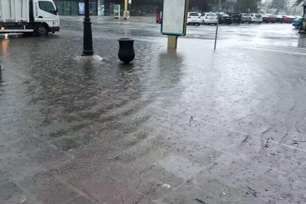 S neodtekajúcou dažďovou vodou je problém aj v centre mesta, na Sídlisku KVP sa ho rozhodli aktívne riešiť.