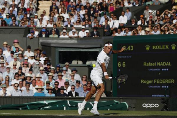 Roger Federer v súboji semifinále Wimbledonu proti Rafaelovi Nadalovi.