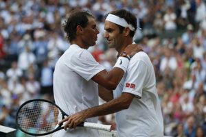 Roger Federer a Rafael nadal sa objímajú po skončení semifinále Wimbledonu 2019.