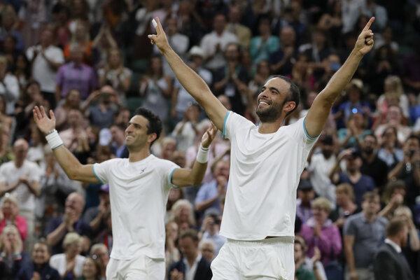 Juan Sebastian Cabal (vpravo) s Robertom Farahom oslavujú svoj triumf.