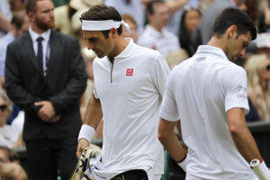 Roger Federer a Novak Djokovič počas finále Wimbledonu 2019.