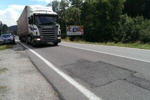Cesta v Makove je v katastrofálnom stave.