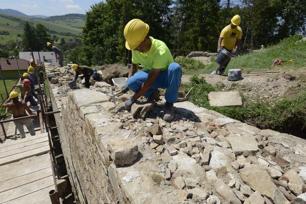 Vďaka obnove hradu si našlo prácu 22 nezamestnaných.
