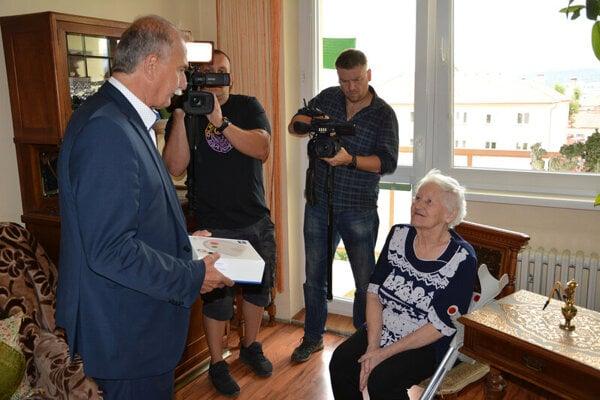Seniorka Mária T. sa stala prvou držiteľkou SOS náramku od mesta. Osobne jej ho odovzdal Pavol Bečarik.