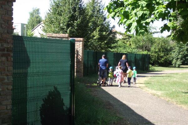 Časť plota v mestskom parku.