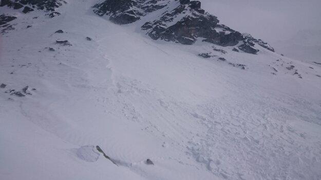 Užívame si prašan, bez varovania sa z jedného z vrcholov dala do pohybu masa snehu. Tesne sme sa jej vyhli. V tomto teréne netreba nič podceňovať.