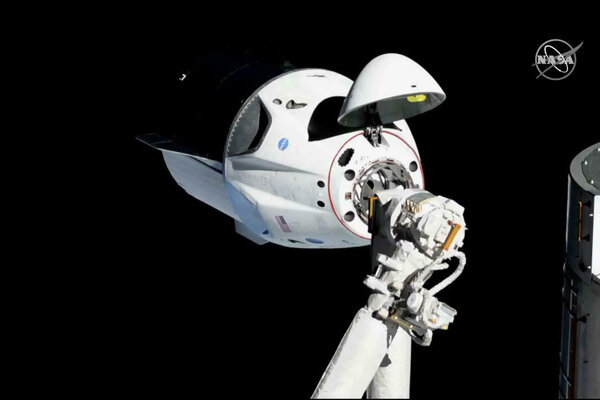 Kapsula Crew Dragon počas testovacieho letu k Medzinárodnej vesmírnej stanici.