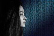 Žena a binárny kód - ilustračný obrázok.