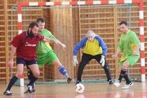 Uhrík (v strede) v zápase Ligy štyridsiatnikov.