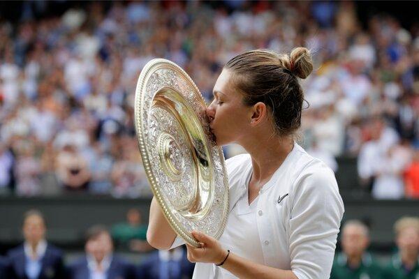 Simona Halepová bozkáva trofej víťazky finále dvojhry grandslamového turnaja žien vo Wimbledone v sobotu 13. júla 2019.