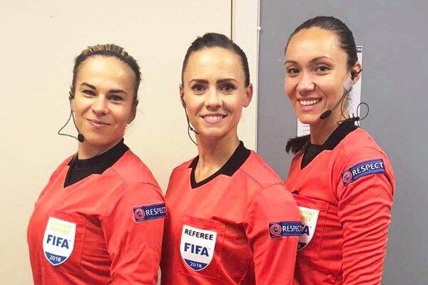 Zuzana Valentová (v strede) je rozhodkyňou súťaží UEFA a FIFA.